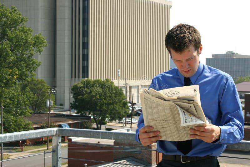 εφημερίδα ατόμων πόλεων στοκ φωτογραφία