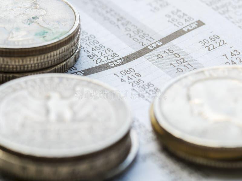 Εφημερίδα ανοικτή στη σελίδα χρηματιστηρίου που παρουσιάζει αποτελέσματα εμπορικών συναλλαγών στοκ εικόνες