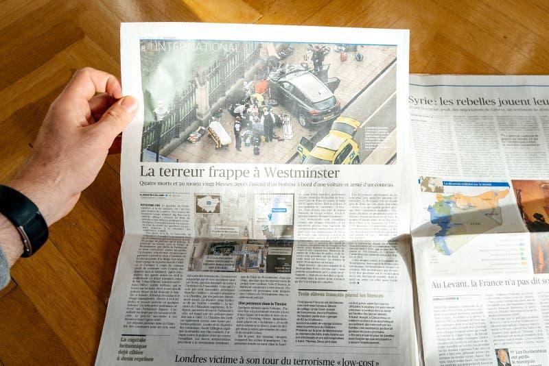 Εφημερίδα LE Φίγκαρο ανάγνωσης ατόμων με τις επιθέσεις στο Λονδίνο στην κάλυψη στοκ φωτογραφία με δικαίωμα ελεύθερης χρήσης