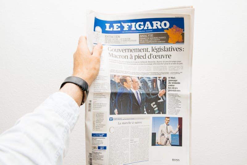 Εφημερίδα LE Φίγκαρο εκμετάλλευσης ατόμων με το Emmanuel Macron στο πρώτο PA στοκ εικόνες