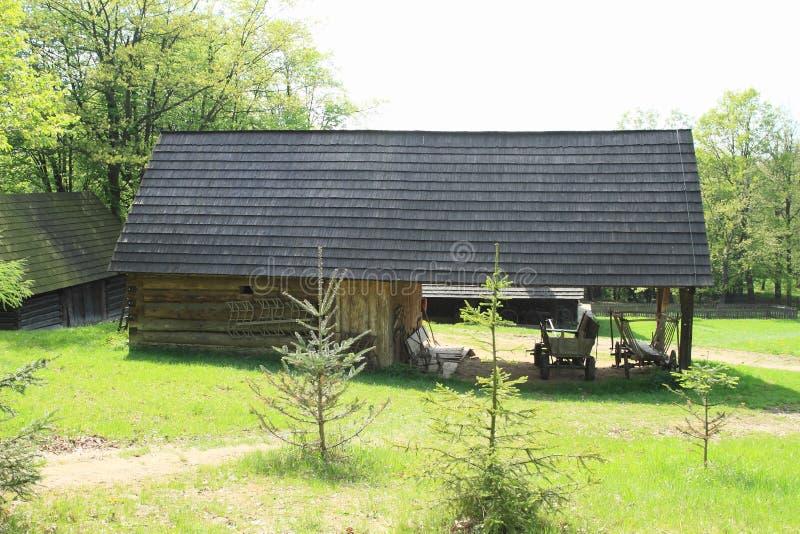 Εφοδιασμένο με ξύλα outhouse στο υπαίθριο μουσείο στοκ εικόνα