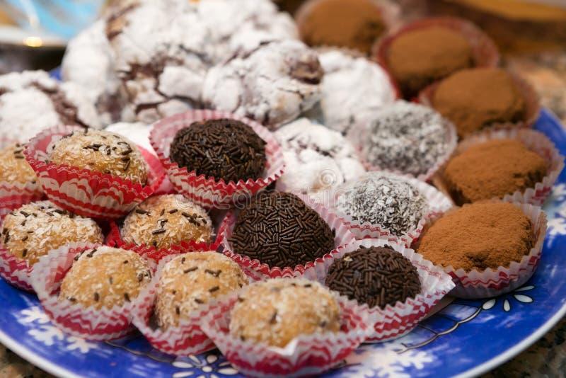 Εύγευστα ανάμεικτα τρούφες και Crinkle μπισκότα στοκ φωτογραφία με δικαίωμα ελεύθερης χρήσης