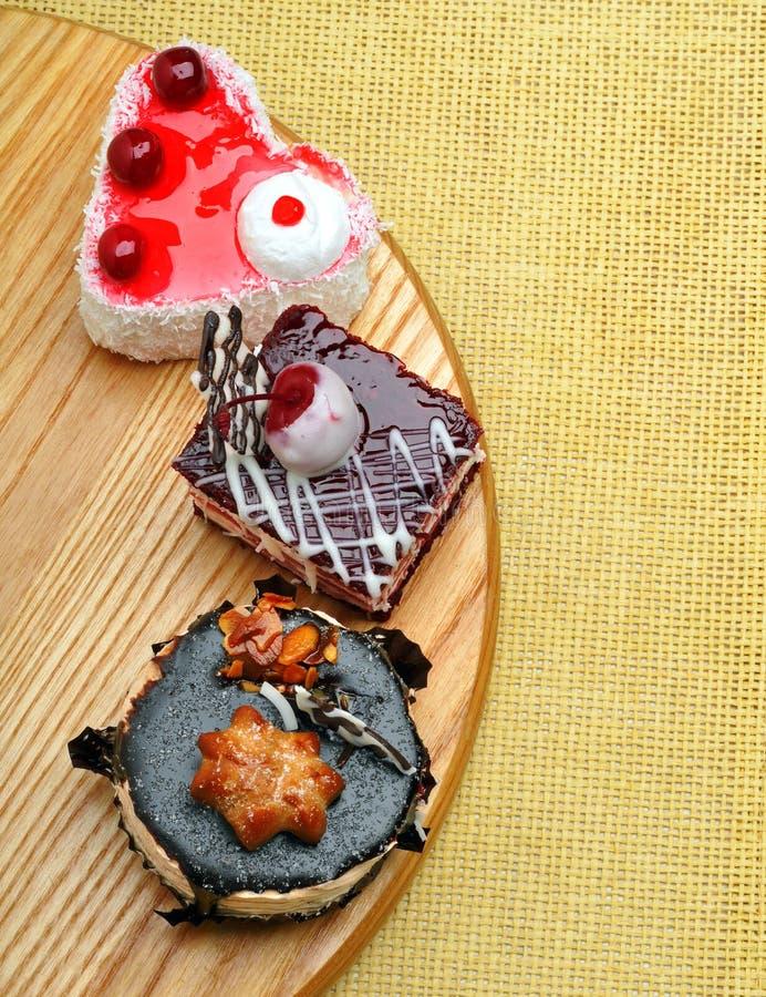 Εύγευστα κέικ με τη σοκολάτα και το κεράσι στοκ φωτογραφία με δικαίωμα ελεύθερης χρήσης