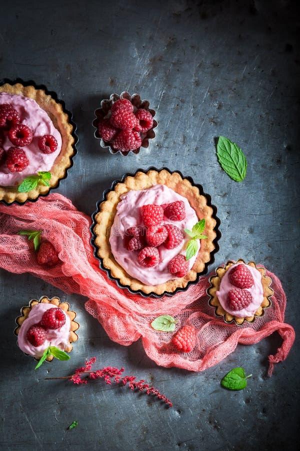 Εύγευστα και τριζάτα tarts φιαγμένα από μούρα και κρέμα στοκ φωτογραφίες
