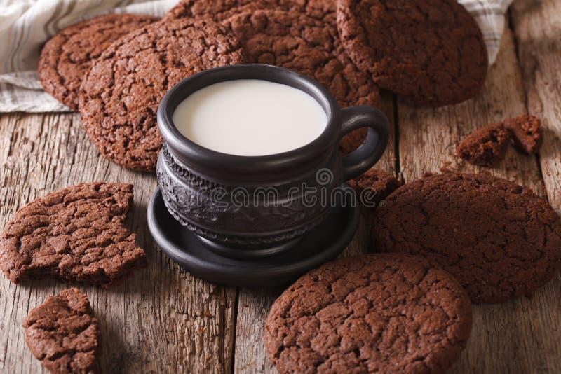 Εύγευστα μπισκότα και γάλα σοκολάτας στην επιτραπέζια κινηματογράφηση σε πρώτο πλάνο Hori στοκ εικόνα με δικαίωμα ελεύθερης χρήσης