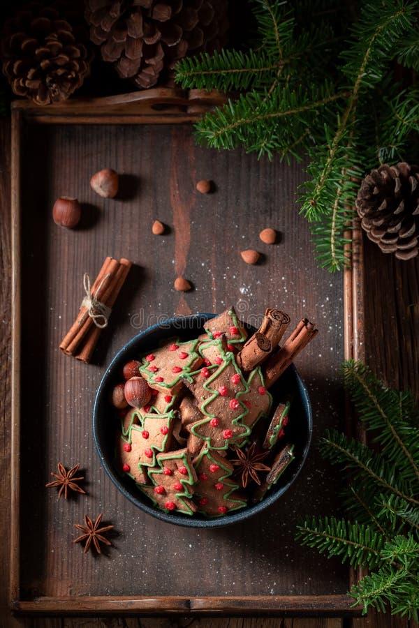 Εύγευστα μπισκότα μελοψωμάτων για τα Χριστούγεννα στον αγροτικό δίσκο στοκ φωτογραφία με δικαίωμα ελεύθερης χρήσης