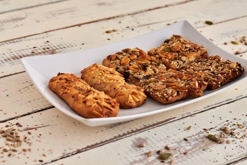 Εύγευστα μπισκότα με τα καρύδια και τους σπόρους στοκ εικόνα