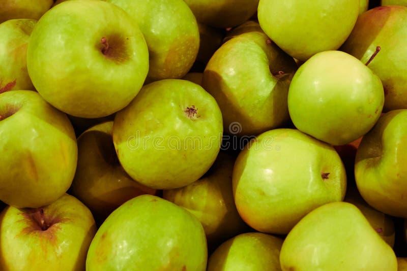 Εύγευστα πράσινα μήλα ως υπόβαθρο Πυροβολισμός κινηματογραφήσεων σε πρώτο πλάνο στοκ εικόνες