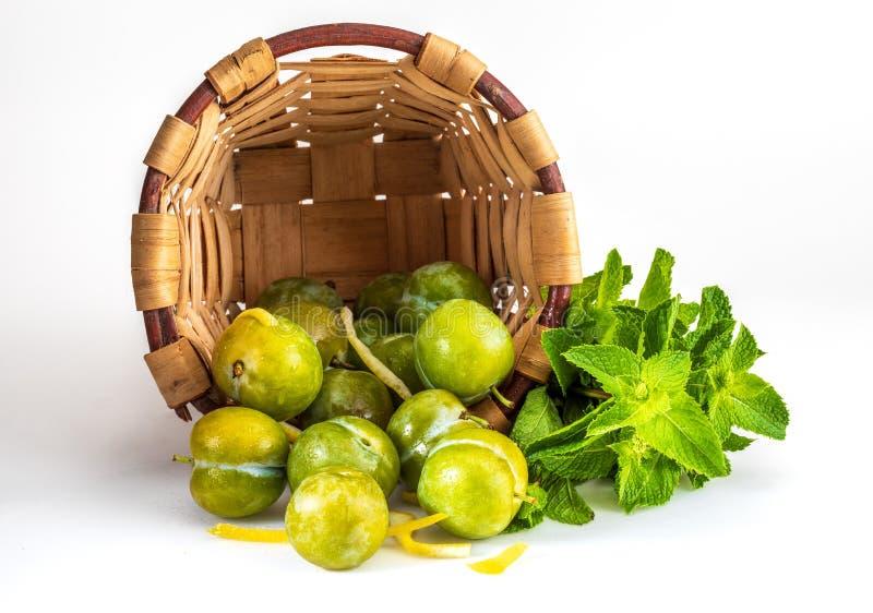Εύγευστα πράσινα φρέσκα και ακατέργαστα claudias δαμάσκηνων στο ψάθινο καλάθι στοκ φωτογραφία με δικαίωμα ελεύθερης χρήσης