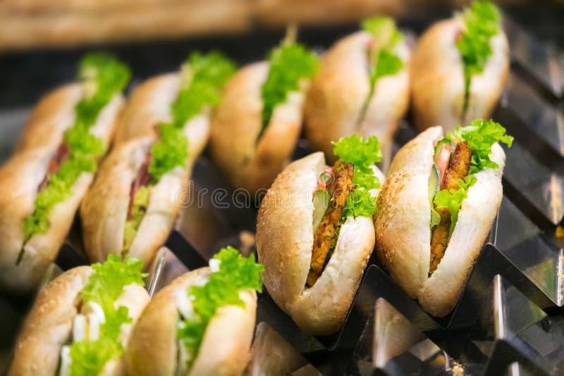 Εύγευστα σάντουιτς στο μετρητή r στοκ φωτογραφίες