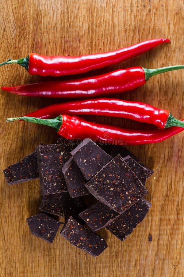 Εύγευστα σκοτεινά πιπέρια σοκολάτας και τσίλι στοκ εικόνα