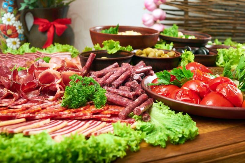 Εύγευστα τρόφιμα στον ξύλινο πίνακα στοκ φωτογραφία με δικαίωμα ελεύθερης χρήσης