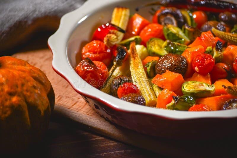Εύγευστα ψημένα στη σχάρα λαχανικά σε ένα κεραμικό πιάτο Έννοια για το εστιατόριο ή το εξοχικό σπίτι στοκ φωτογραφία με δικαίωμα ελεύθερης χρήσης
