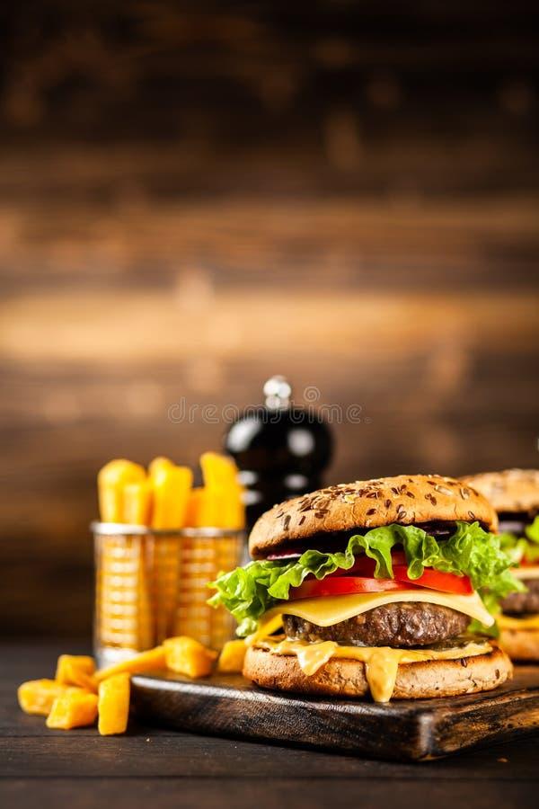 Εύγευστα ψημένα στη σχάρα burgers στοκ εικόνες με δικαίωμα ελεύθερης χρήσης