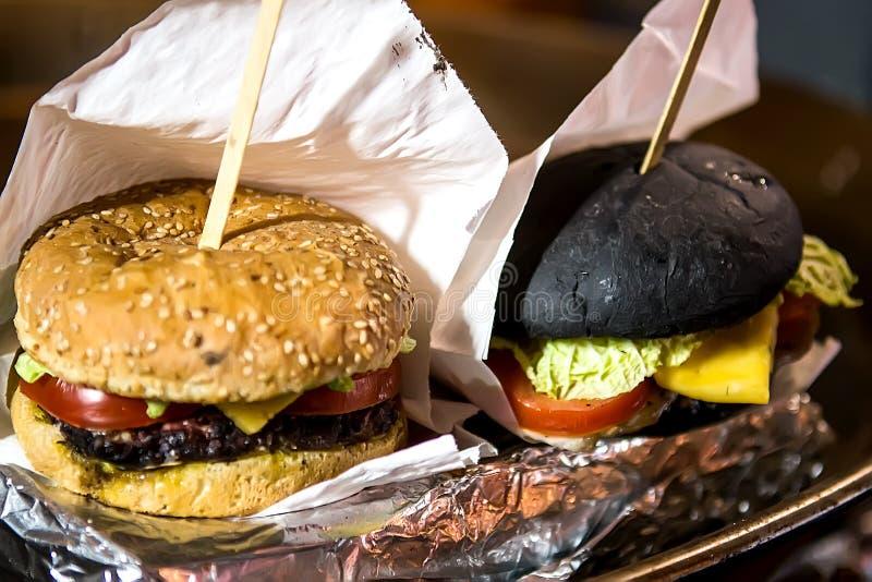 Εύγευστα burgers σε χαρτί τεχνών στοκ εικόνες με δικαίωμα ελεύθερης χρήσης