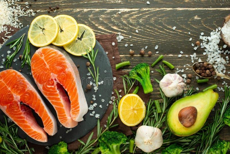 Εύγευστες φρέσκες μπριζόλες ψαριών, σολομός, πέστροφα Καθαρά και νόστιμα τρόφιμα απαγορευμένα στοκ φωτογραφία