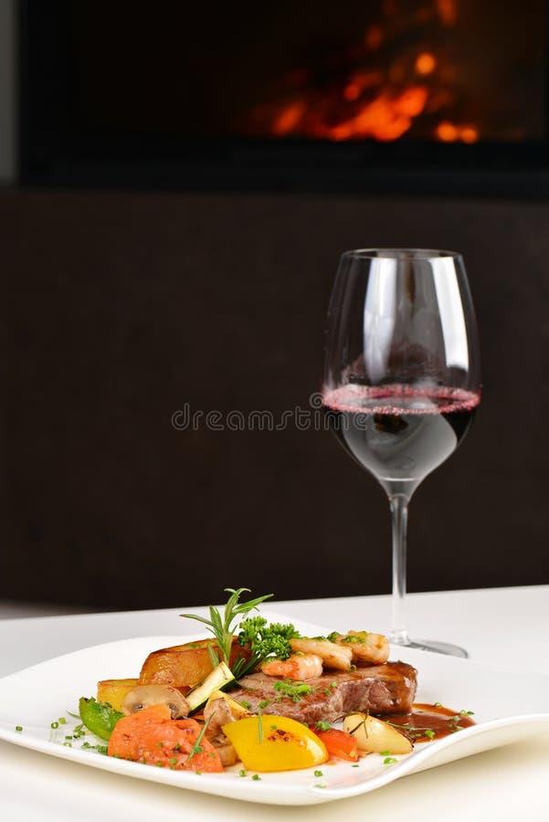 Εύγευστες juicy ψημένες στη σχάρα μπριζόλα και γαρίδες στοκ εικόνα με δικαίωμα ελεύθερης χρήσης