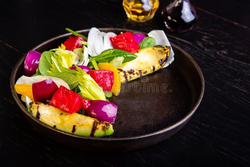 Εύγευστη θερμή ψημένη στη σχάρα σαλάτα λαχανικών με το αβοκάντο στο υπόβαθρο εστιατορίων Υγιή αποκλειστικά τρόφιμα στο μεγάλο Μαύ στοκ εικόνες με δικαίωμα ελεύθερης χρήσης