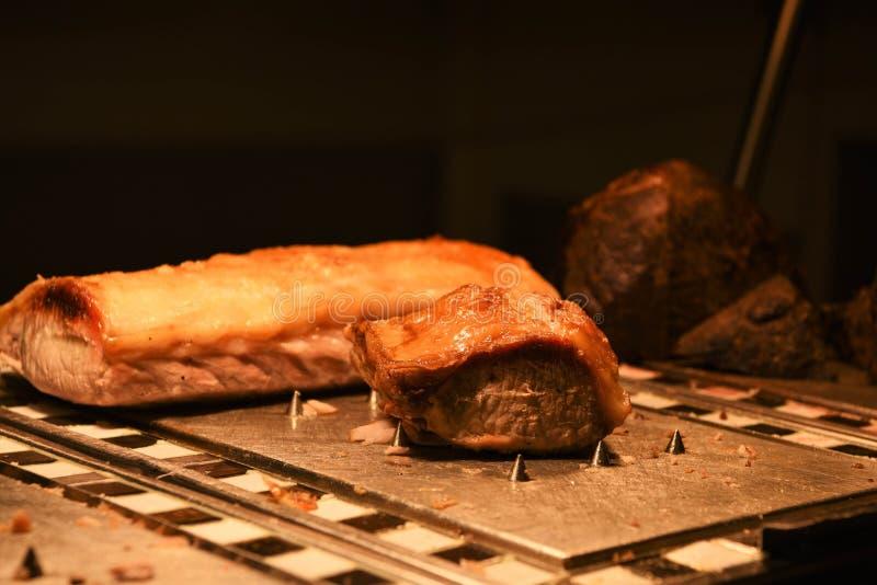 Εύγευστη ολόκληρη ένωση του μαγειρευμένων χοιρινού κρέατος ψητού και του τριξίματος με μια μερίδα που χαράζεται στοκ εικόνες