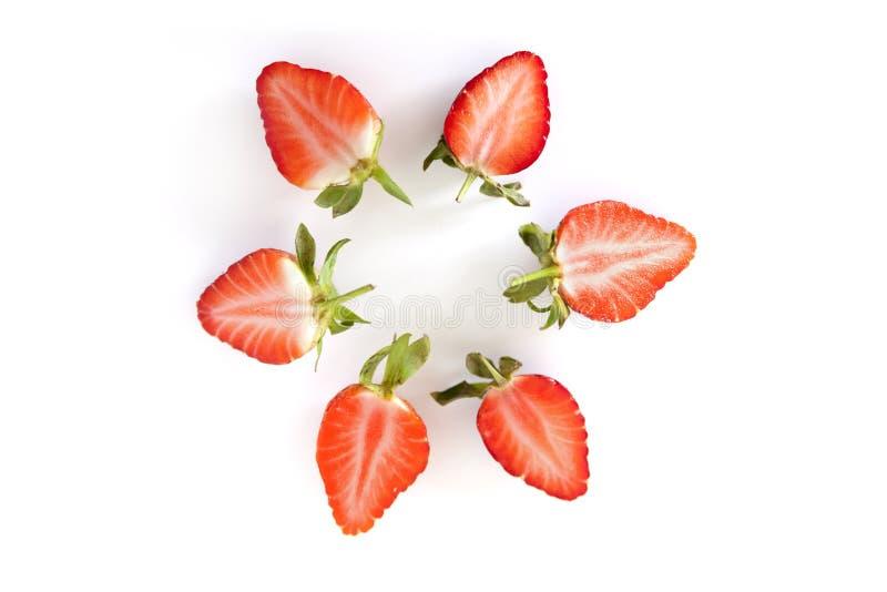 Εύγευστη οργανική περικοπή φραουλών κατά το ήμισυ απομονωμένος στο άσπρο υπόβαθρο στοκ φωτογραφίες