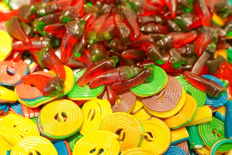 Εύγευστη πολύχρωμη μαρμελάδα φρούτων ανθυγειινές φωτεινές καραμέλες σε μεγάλη ποσότητα διαφορετική φωτογραφία ζελατίνας στενή νόσ στοκ εικόνες