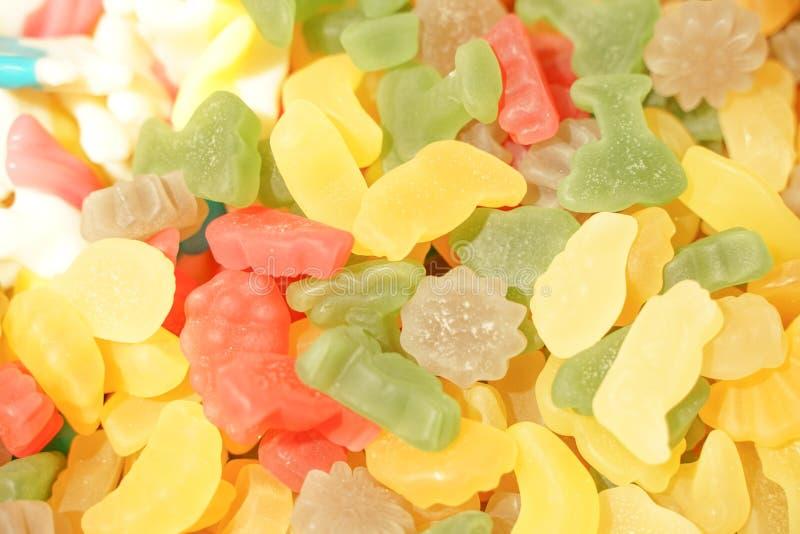 Εύγευστη πολύχρωμη μαρμελάδα φρούτων ανθυγειινές φωτεινές καραμέλες σε μεγάλη ποσότητα διαφορετική φωτογραφία ζελατίνας στενή νόσ στοκ φωτογραφία με δικαίωμα ελεύθερης χρήσης