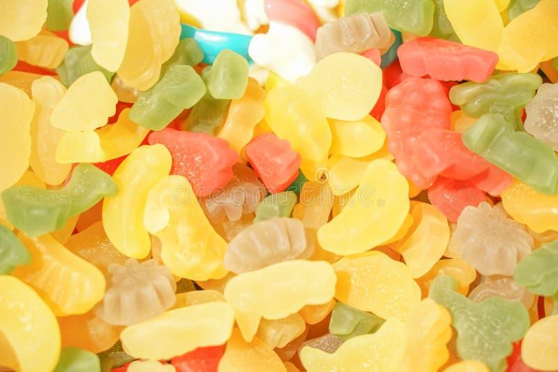 Εύγευστη πολύχρωμη μαρμελάδα φρούτων ανθυγειινές φωτεινές καραμέλες σε μεγάλη ποσότητα διαφορετική φωτογραφία ζελατίνας στενή νόσ στοκ φωτογραφίες