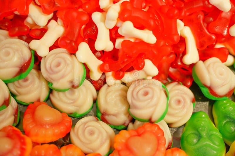 Εύγευστη πολύχρωμη μαρμελάδα φρούτων ανθυγειινές φωτεινές καραμέλες σε μεγάλη ποσότητα διαφορετική φωτογραφία ζελατίνας στενή νόσ στοκ φωτογραφίες με δικαίωμα ελεύθερης χρήσης