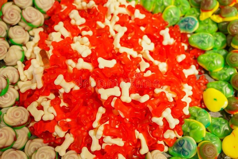 Εύγευστη πολύχρωμη μαρμελάδα φρούτων ανθυγειινές φωτεινές καραμέλες σε μεγάλη ποσότητα διαφορετική φωτογραφία ζελατίνας στενή νόσ στοκ εικόνες με δικαίωμα ελεύθερης χρήσης