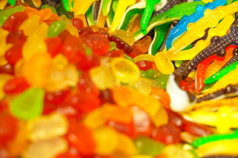 Εύγευστη πολύχρωμη μαρμελάδα φρούτων ανθυγειινές φωτεινές καραμέλες σε μεγάλη ποσότητα διαφορετική φωτογραφία ζελατίνας στενή νόσ στοκ εικόνα με δικαίωμα ελεύθερης χρήσης