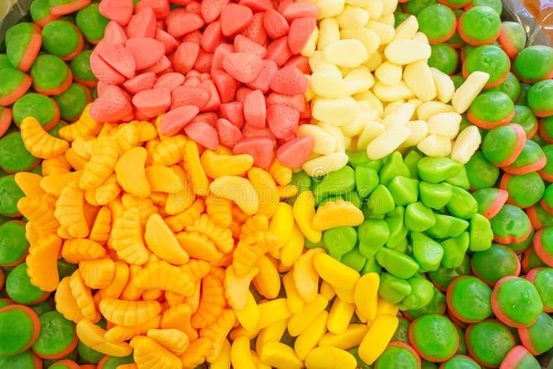Εύγευστη πολύχρωμη μαρμελάδα φρούτων ανθυγειινές φωτεινές καραμέλες σε μεγάλη ποσότητα διαφορετική φωτογραφία ζελατίνας στενή νόσ στοκ εικόνα