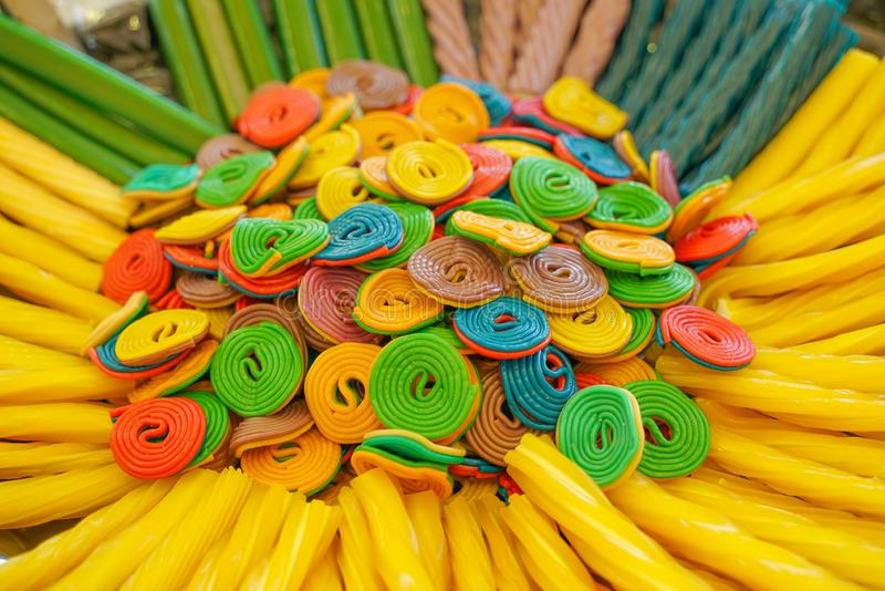 Εύγευστη πολύχρωμη μαρμελάδα φρούτων ανθυγειινές φωτεινές καραμέλες σε μεγάλη ποσότητα διαφορετική φωτογραφία ζελατίνας στενή νόσ στοκ φωτογραφία