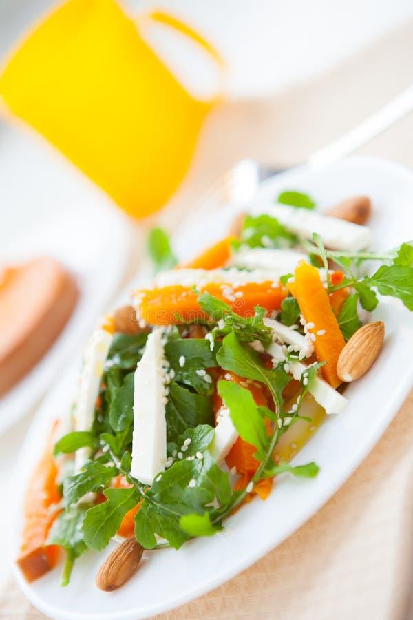 Εύγευστη σαλάτα με την κολοκύθα και τα πράσινα στοκ εικόνες