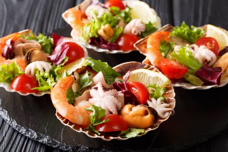Εύγευστη σαλάτα των μαγειρευμένων γαρίδων θαλασσινών, χταπόδι μωρών, μύδια, στοκ φωτογραφία με δικαίωμα ελεύθερης χρήσης