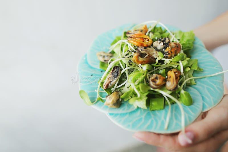Εύγευστη ταϊλανδική σαλάτα με τα μύδια, ελαφρύ υπόβαθρο με το copyspace στοκ εικόνα
