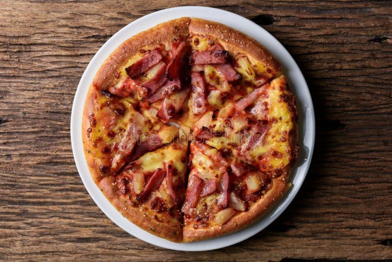 Εύγευστη φρέσκια πίτσα που εξυπηρετείται στον ξύλινο πίνακα στοκ φωτογραφία με δικαίωμα ελεύθερης χρήσης