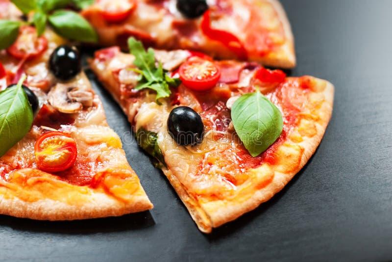 Εύγευστη φυτική χορτοφάγος πίτσα στο σκοτεινό υπόβαθρο ακριβώς για στοκ εικόνα με δικαίωμα ελεύθερης χρήσης