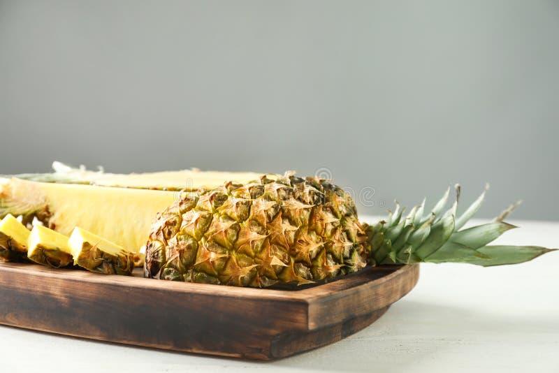 Εύγευστος τεμαχισμένος ανανάς στον άσπρο πίνακα στοκ φωτογραφία με δικαίωμα ελεύθερης χρήσης