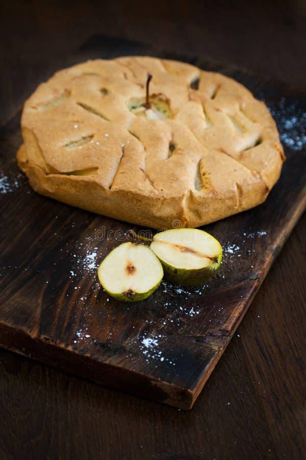 Εύγευστο αχλάδι ξινό στον πίνακα Πίτα tatin αχλαδιών στον ξύλινο πίνακα Σπιτικός οργανικός φρέσκος πίτα ή ξινός φρούτων αχλαδιών  στοκ φωτογραφία με δικαίωμα ελεύθερης χρήσης