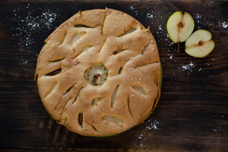 Εύγευστο αχλάδι ξινό στον πίνακα Πίτα tatin αχλαδιών στον ξύλινο πίνακα Σπιτικός οργανικός φρέσκος πίτα ή ξινός φρούτων αχλαδιών  στοκ φωτογραφίες με δικαίωμα ελεύθερης χρήσης
