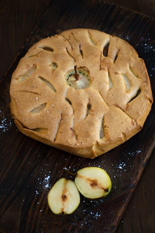 Εύγευστο αχλάδι ξινό στον πίνακα Πίτα tatin αχλαδιών στον ξύλινο πίνακα Σπιτικός οργανικός φρέσκος πίτα ή ξινός φρούτων αχλαδιών  στοκ εικόνες
