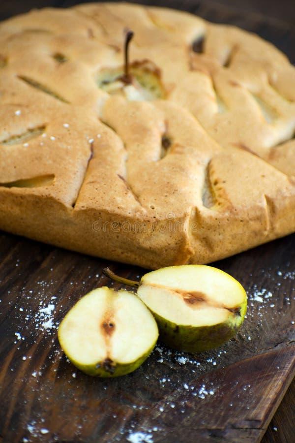 Εύγευστο αχλάδι ξινό στον πίνακα Πίτα tatin αχλαδιών στον ξύλινο πίνακα Σπιτικός οργανικός φρέσκος πίτα ή ξινός φρούτων αχλαδιών  στοκ εικόνα