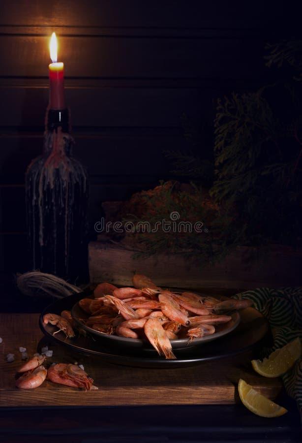 Εύγευστο γεύμα στην ταβέρνα με ένα ποτήρι της μπύρας και των θαλασσινών στοκ φωτογραφίες με δικαίωμα ελεύθερης χρήσης