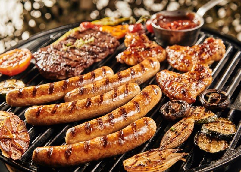 Εύγευστο θερινό BBQ που ψήνει στη σχάρα πέρα από την πυρκαγιά στοκ φωτογραφία με δικαίωμα ελεύθερης χρήσης