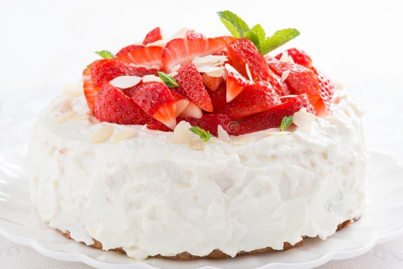 εύγευστο κέικ με την κτυπημένη κρέμα και τις φρέσκες φράουλες στοκ φωτογραφία με δικαίωμα ελεύθερης χρήσης