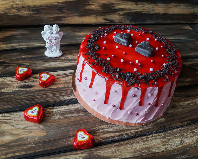 Εύγευστο κέικ με το τσιπ σοκολάτας και τη διακόσμηση μαρμελάδας φραουλών στοκ φωτογραφίες με δικαίωμα ελεύθερης χρήσης
