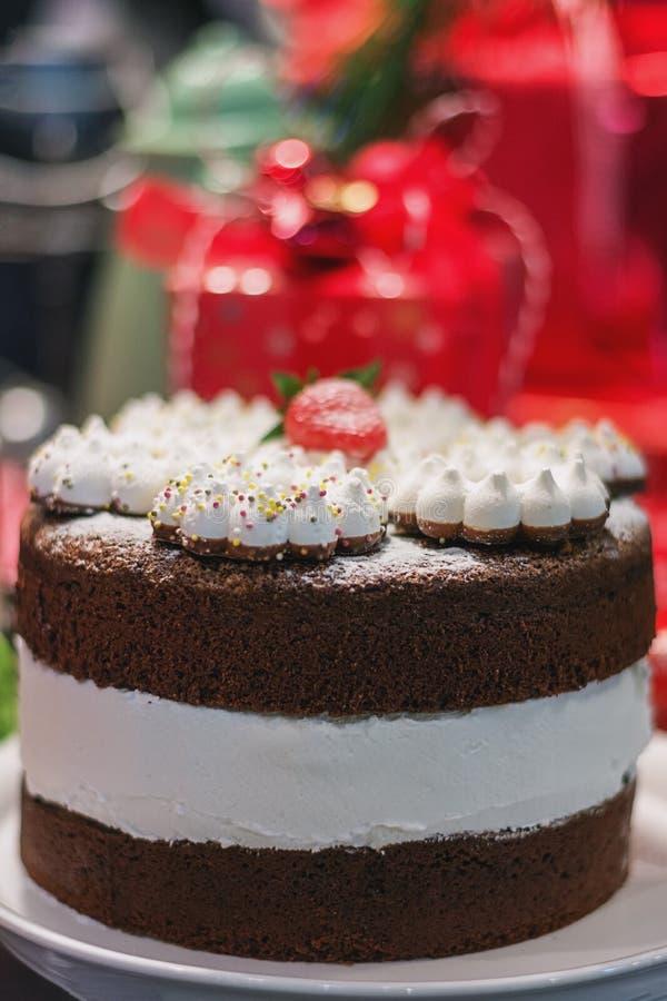 Εύγευστο κέικ σοκολάτας που ολοκληρώνεται με μια φράουλα στο Φε τροφίμων στοκ εικόνες με δικαίωμα ελεύθερης χρήσης