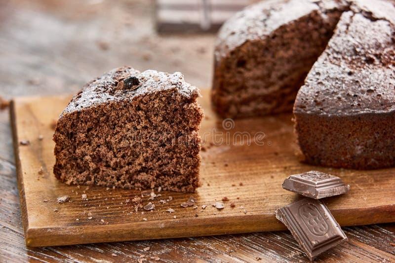 Εύγευστο κέικ σοκολάτας στο άσπρο πιάτο στο ξύλινο επιτραπέζιο υπόβαθρο στοκ φωτογραφίες