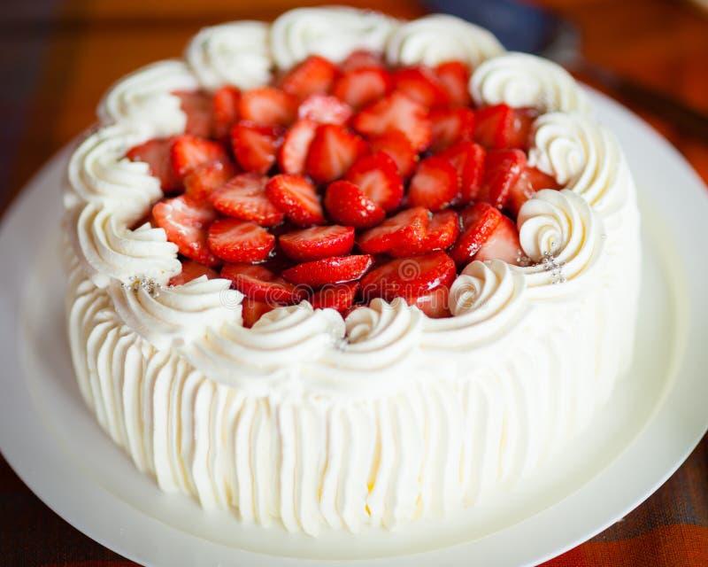 Εύγευστο κέικ φραουλών με τις φράουλες και την κτυπημένη κρέμα στοκ φωτογραφίες με δικαίωμα ελεύθερης χρήσης