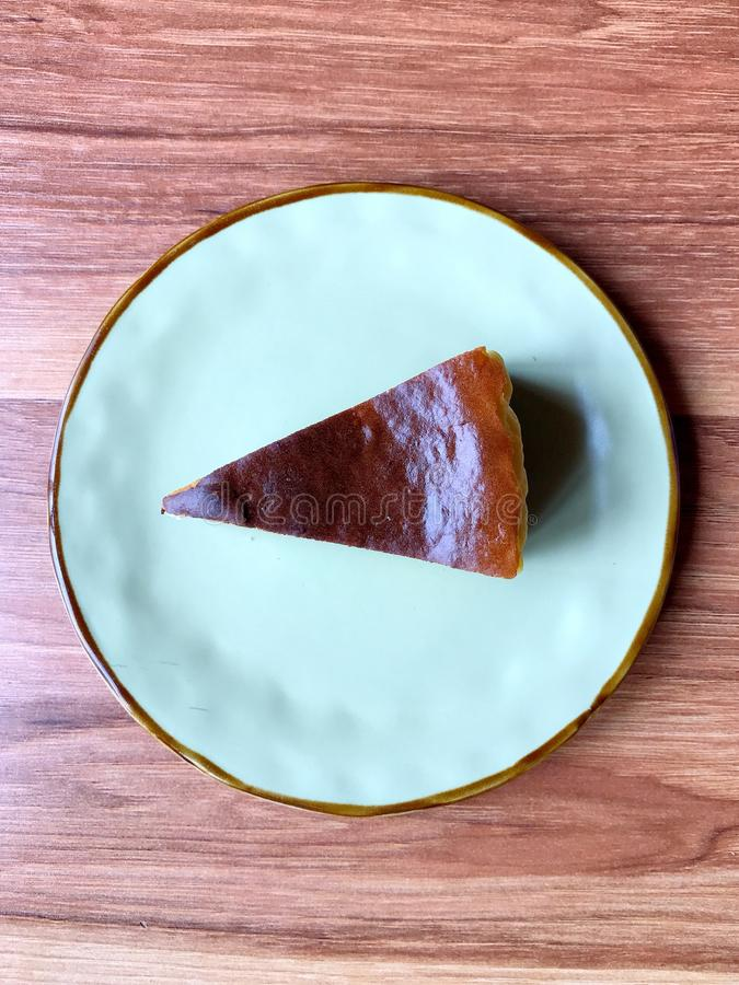 εύγευστο λευκό πιάτων μαρμελάδας επιδορπίων κερασιών τυριών κέικ στοκ φωτογραφία